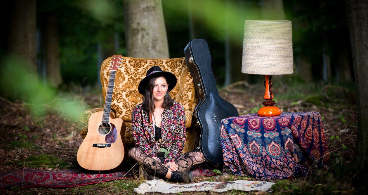 NADINE FINGERHUT – Liedermacherin/Sängerin